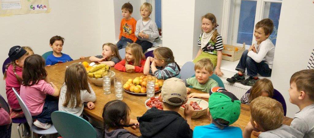 Kinder beim gemeinsamen Essen