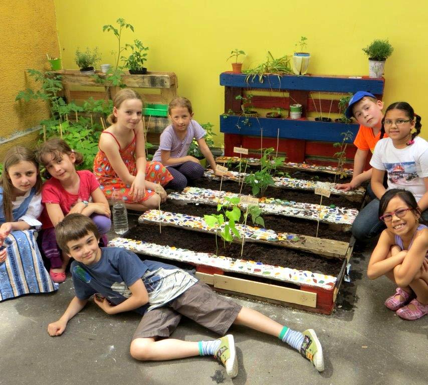 Die Kinder im Schulgarten