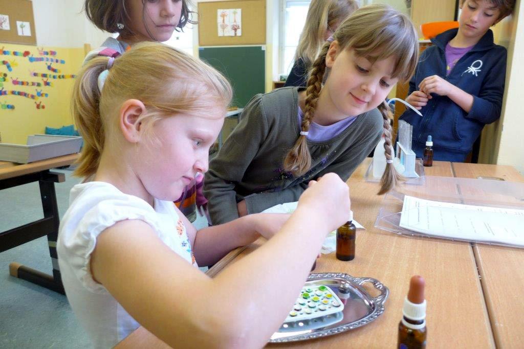 Schülerinnen beim Experimentieren