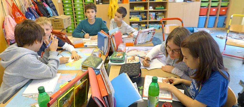 Schülerinnen und Schüler beim gemeinsamen Lernen
