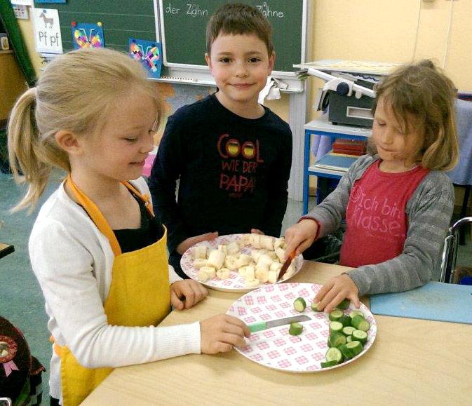 Kinder bereiten einen Snack zu